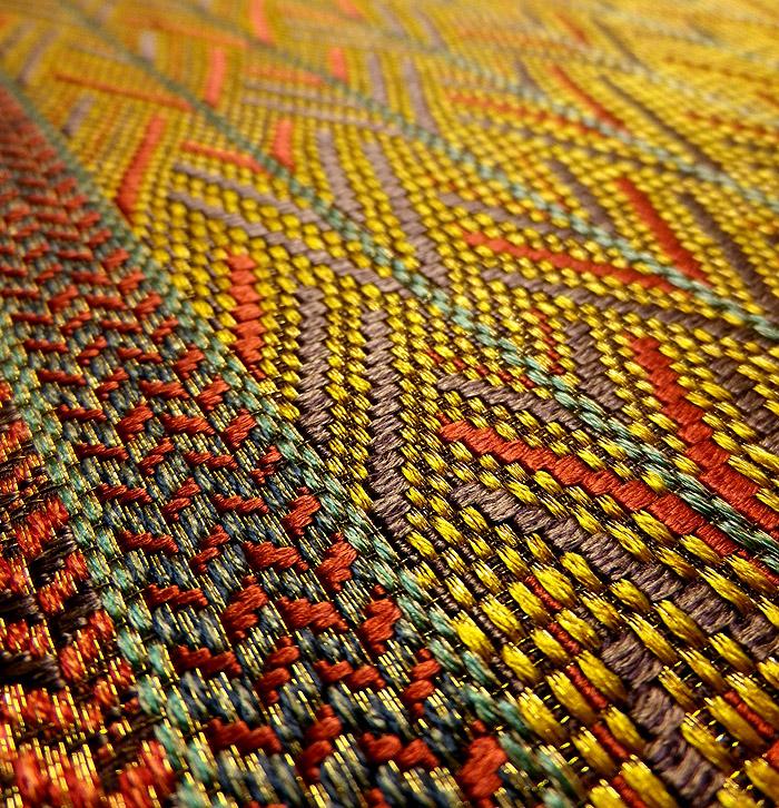 袋帯、全通、辛子色、変り織矢絣、生地のアップ画像